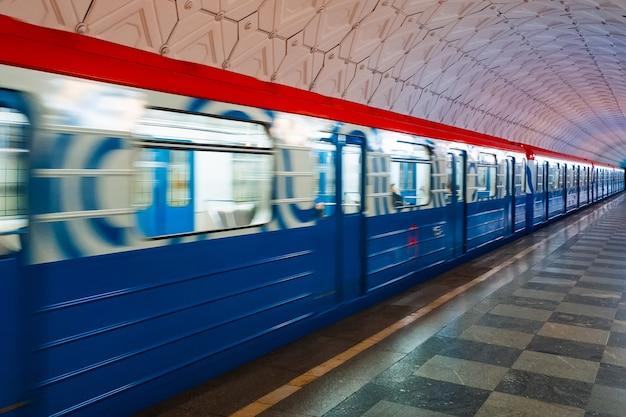 Train en mouvement sur la plate-forme dans le métro de moscou
