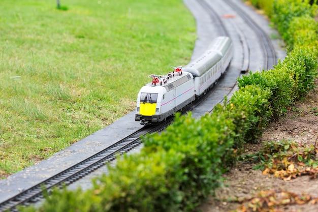 Le train passe par le chemin de fer
