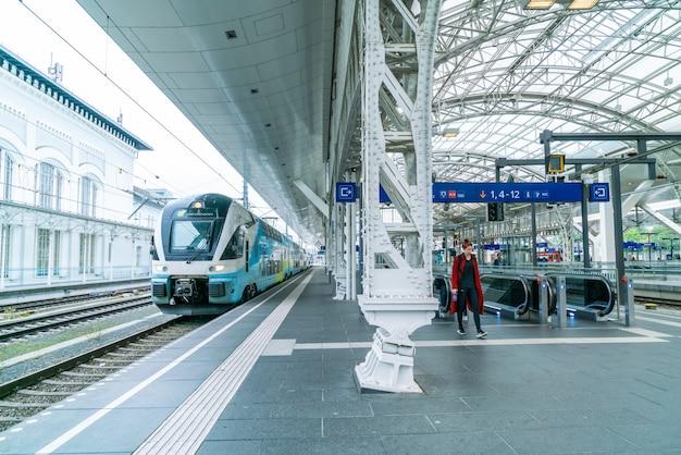 Le train régional s'est arrêté au quai de la gare