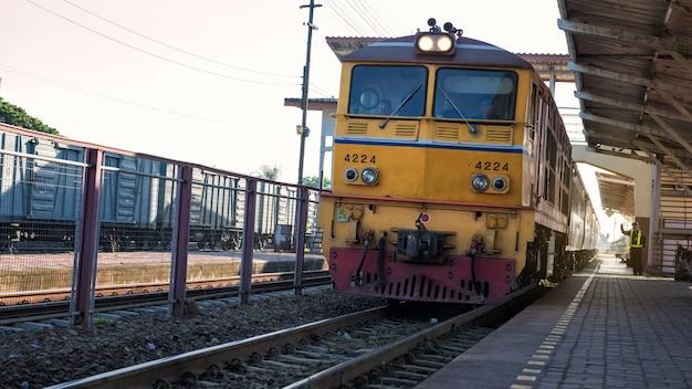 Un train thaïlandais arrive à la gare de korat