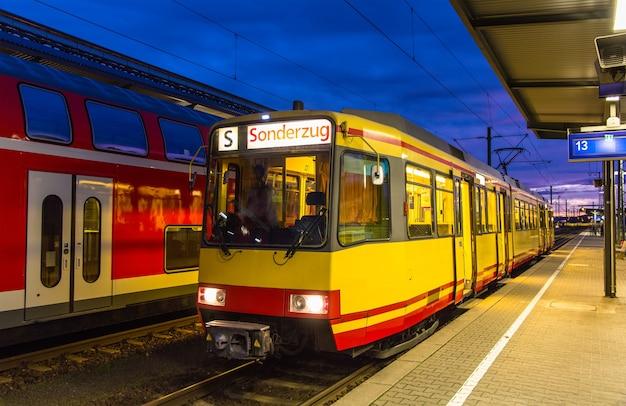 Train de tramway à la gare de karlsruhe en allemagne