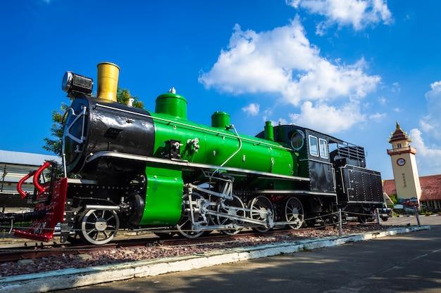 Train à vapeur rétro avec nuage de ciel bleu.