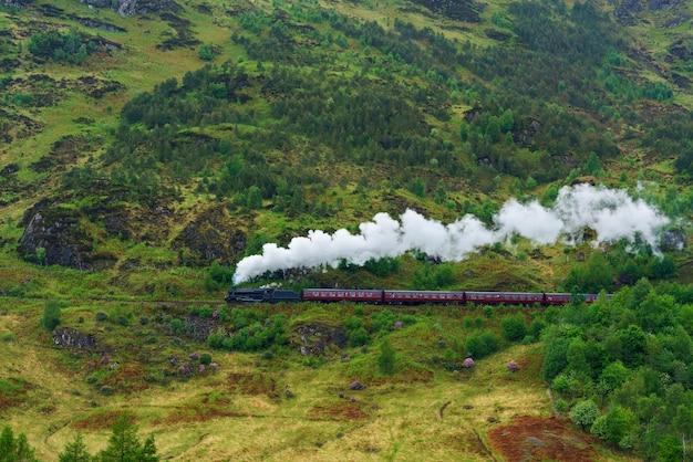 Train à vapeur sur le viaduc de glenfinnan situé au sommet du loch shiel dans les west highlands d'écosse