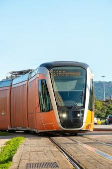 Train vlt, moyen de transport public largement utilisé dans le centre-ville de rio de janeiro au brésil.