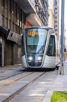 Train vlt, l'un des moyens de transport les plus utilisés au centre-ville de rio de janeiro, brésil.