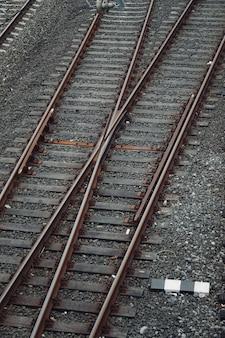 Train voie ferrée dans la rue dans la gare