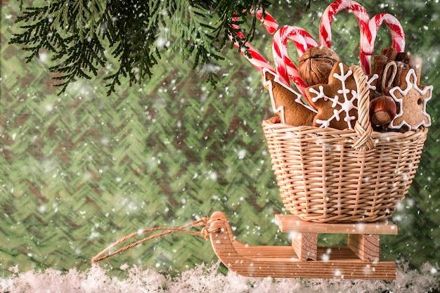 Traîneau en bois avec des cadeaux de noël. concept de noel