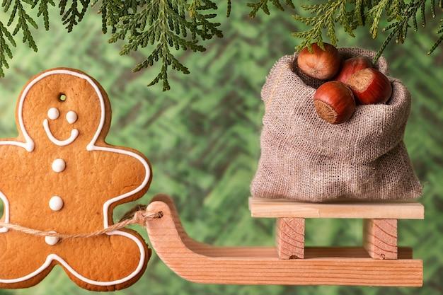 Traîneau en bois avec un sac de noix. concept de noel