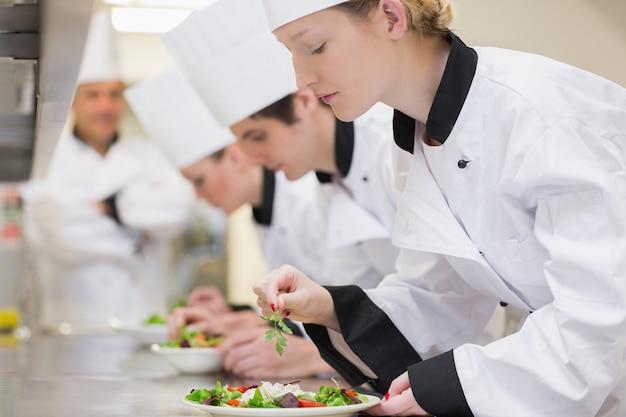 Trainee chef prépare des salades