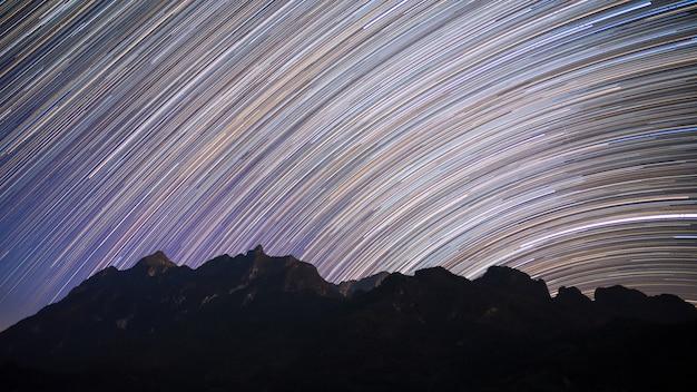 Traînées d'étoiles sur la montagne de doi luang chiang dao la nuit, thaïlande