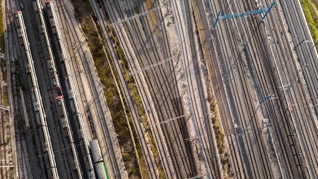 Trains et chemins de fer au-dessus de la vue