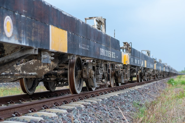 Les trains déchargés ont été laissés sur la voie ferrée.