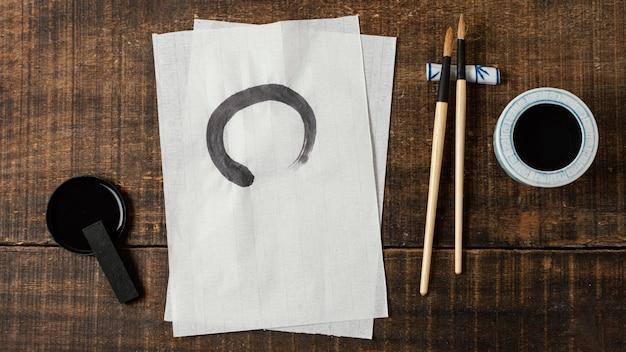 Trait d'encre de chine sur papier blanc