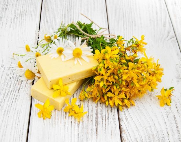 Traitement aux herbes - camomille, tutsan et savon