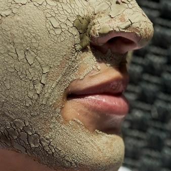 Traitement boue visage en gros plan
