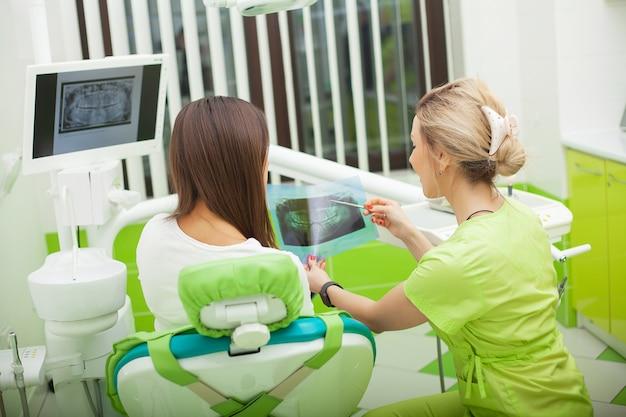 Traitement des caries chez le dentiste au bureau de la clinique dentaire