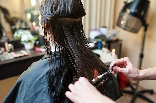Traitement des cheveux au feu dans le salon de beauté.
