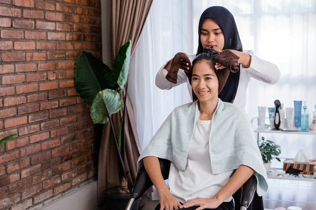 Traitement des cheveux de femme dans un salon de beauté