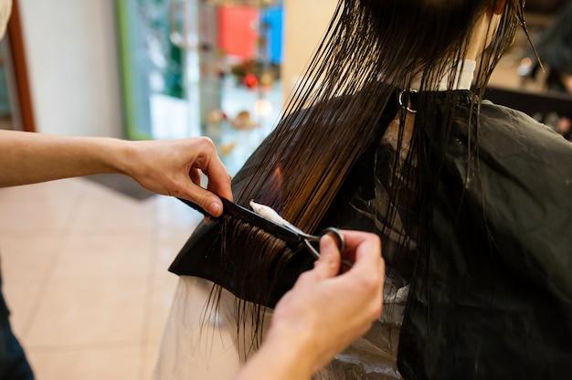 Traitement des cheveux de feu dans le salon de beauté.