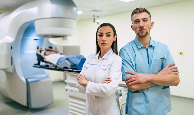 Traitement du cancer dans une clinique médicale privée moderne ou un hôpital avec un accélérateur linéaire. équipe de médecins professionnels travaillant pendant que la femme subit une radiothérapie pour le cancer