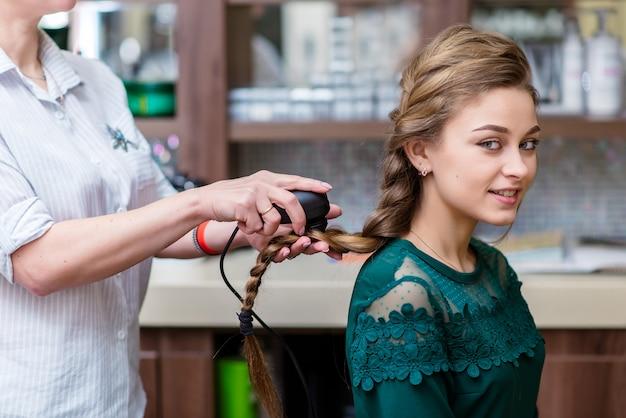 Traitement du cuir chevelu et étude de la structure des cheveux. photothérapie, luminothérapie, ultraviolets, psoriasis, boutons de fièvre