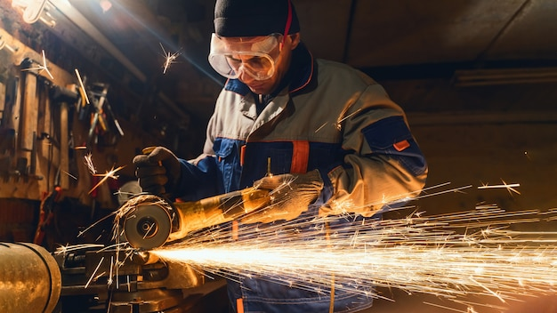 Traitement du métal avec meuleuse d'angle. des étincelles dans le travail des métaux
