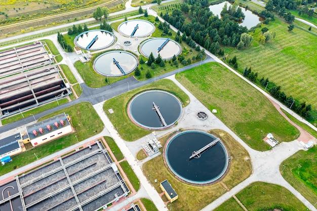 Traitement de l'eau des rivières urbaines, filtration et purification de l'eau, vue de dessus de la station d'épuration