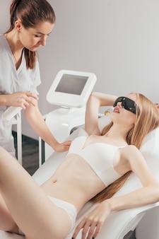 Traitement d'épilation au laser dans une clinique de beauté cosmétique