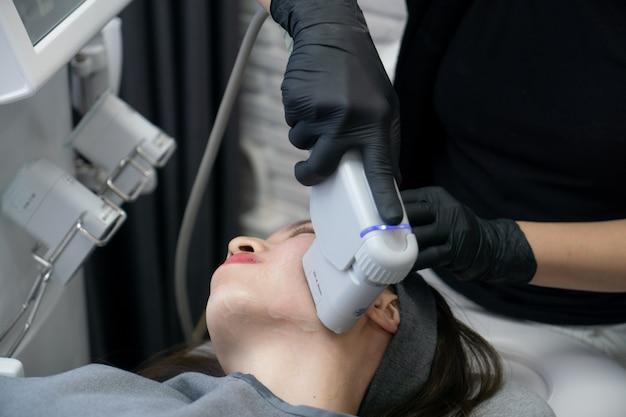 Traitement hifu sur le visage féminin. échographie focalisée à haute intensité. traitement anti-âge et concept de chirurgie plastique.