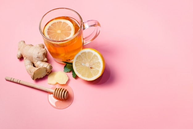 Traitement naturel contre le rhume et la grippe. gingembre citron miel ail et thé à la rose musquée contre la grippe. thé chaud pour les rhumes. pharmacie à domicile. traitement éprouvé des maladies. médecine populaire.