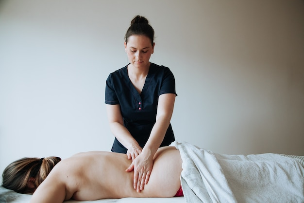 Traitement de spa concept de soins de santé massothérapeute faisant un massage