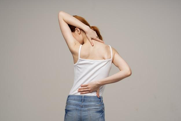 Traitement de studio de problèmes de santé de rhumatisme chiropratique de femme mécontente