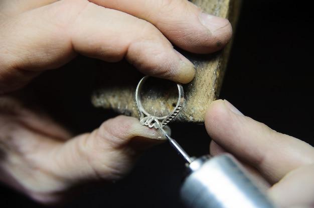 Traitement de surface des bagues de bijoux dans le processus de fabrication