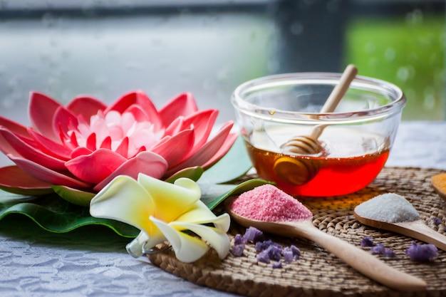Traitements de spa, bougies allumées dans le bien-être du spa,