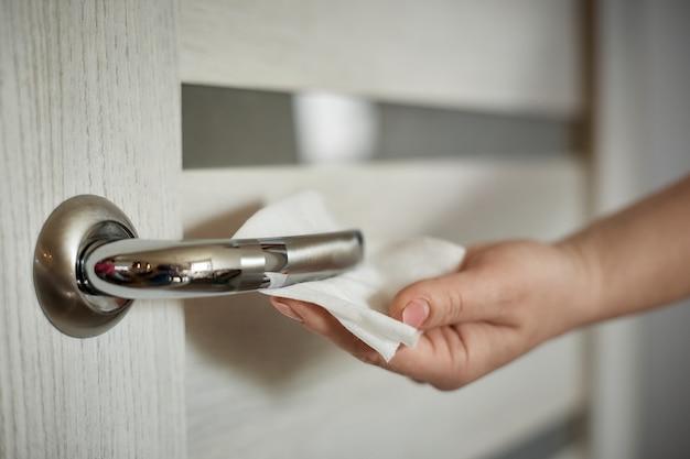Traiter la surface de la poignée de porte avec un chiffon antibactérien pour tuer l'agent pathogène du virus