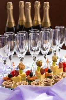 Traiteur servant un buffet avec canape et champagne