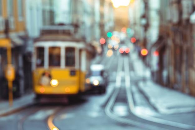 Tram jaune de la route