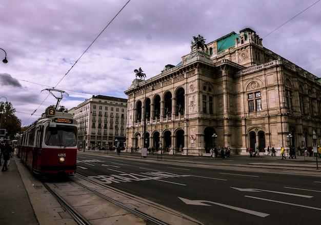 Tram rouge devant l'opéra de vienne