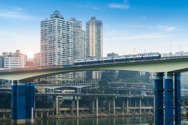 Le tramway fonctionne sur des ponts à grande vitesse à chongqing, chine