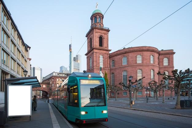 Tramway avec des gratte-ciel de francfort-sur-le-main au matin à francfort, en allemagne.