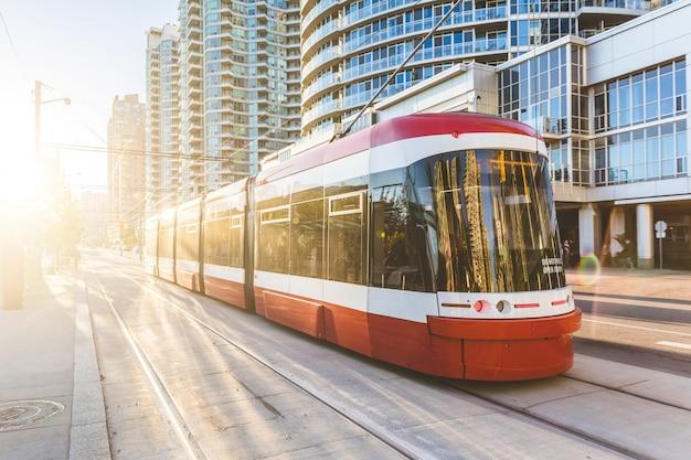 Tramway moderne au centre-ville de toronto au coucher du soleil