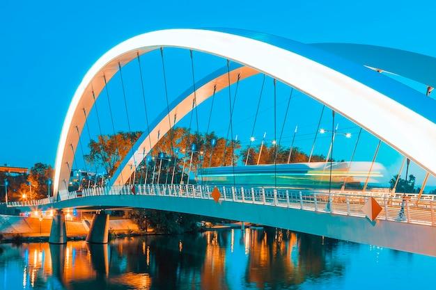Tramway sur le pont de nuit, lyon, france.