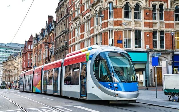 Tramway de ville dans une rue de birmingham en angleterre