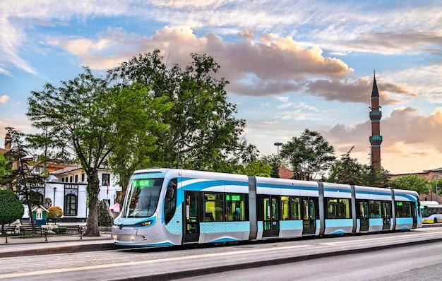 Tramway de ville dans la rue de konya, turquie