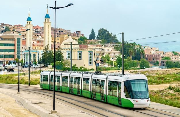 Tramway de la ville et une mosquée à constantine - algérie, afrique du nord