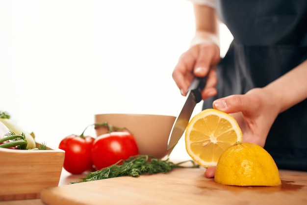 Tranchage de citron ingrédient de salade de planche à découper aliments sains vitamines