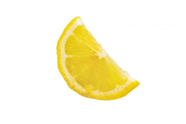 Une tranche d'agrumes citron isolé sur fond blanc