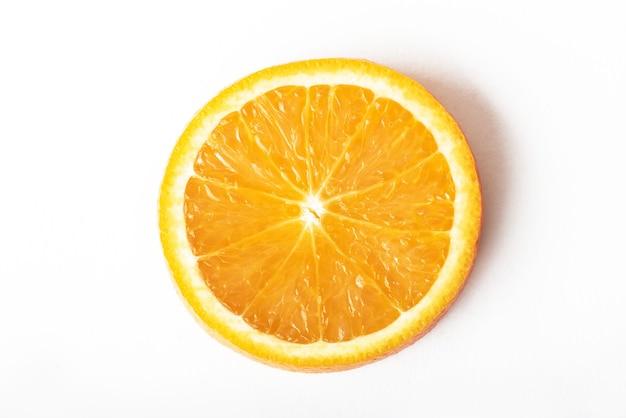Tranche d'agrumes orange mûrs isolés sur blanc.