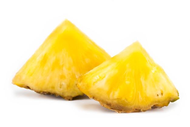 Tranche d'ananas isolé sur blanc