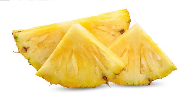 Tranche d'ananas isolé sur un tracé de détourage blanc